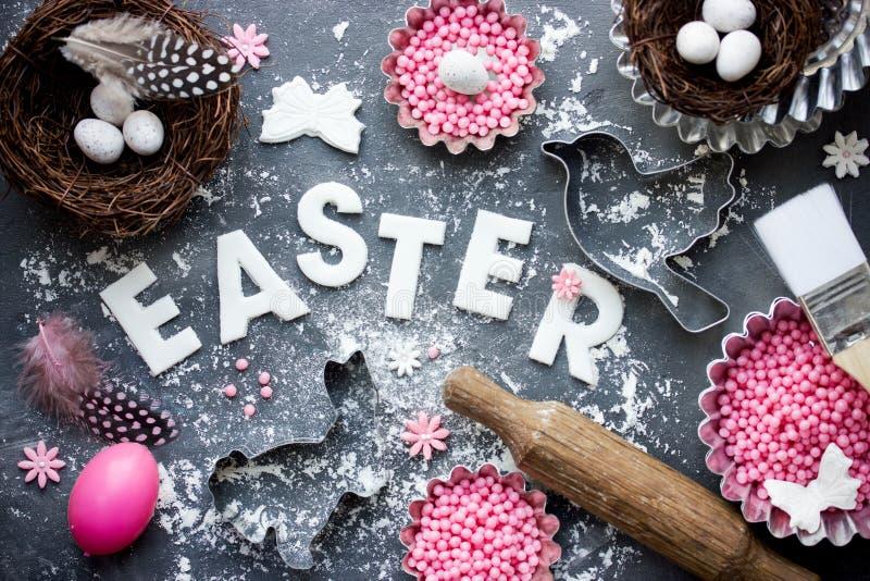 Wielkanocny świąteczny wypiekowy tło z Wielkanocnym jajkiem, ptaka gniazdeczko, może obrazy stock