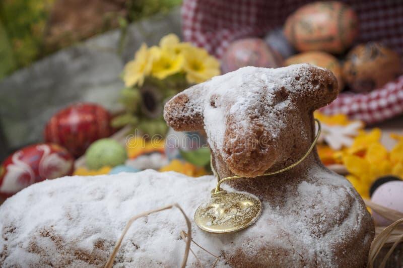 Wielkanocny baranek w torcie z lodowacenie cukierem z Easter deco fotografia royalty free
