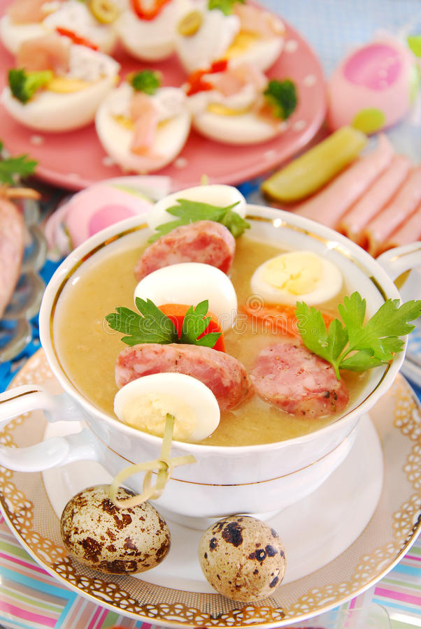 Wielkanocny biały borsht z quil kiełbasą i jajkami zdjęcie royalty free