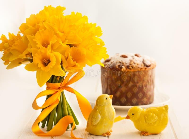 Wielkanocny bukiet żółci daffodils i wielkanoc zasychamy zdjęcia royalty free