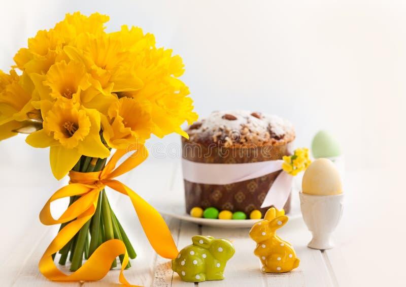 Wielkanocny bukiet żółci daffodils i wielkanoc zasychamy obrazy stock