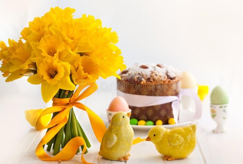 Wielkanocny bukiet żółci daffodils i wielkanoc zasychamy fotografia royalty free
