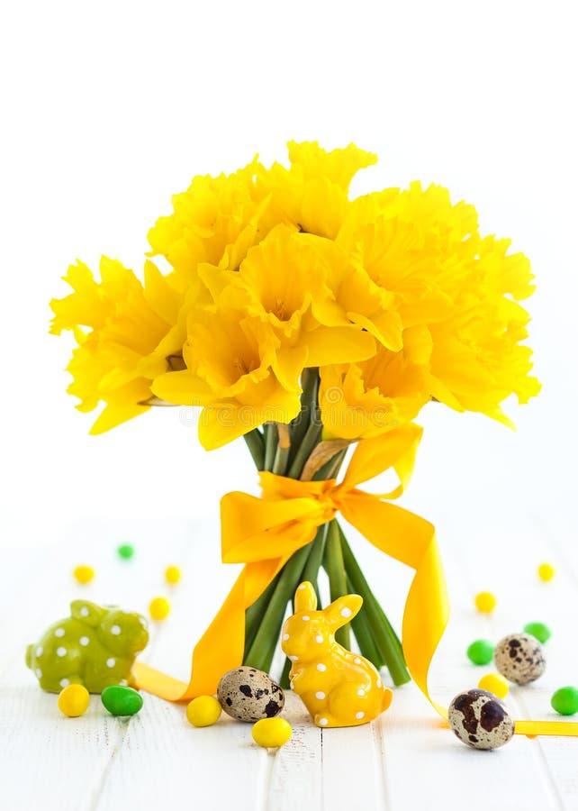 Wielkanocny bukiet żółci daffodils i Wielkanocny wystrój zdjęcia royalty free
