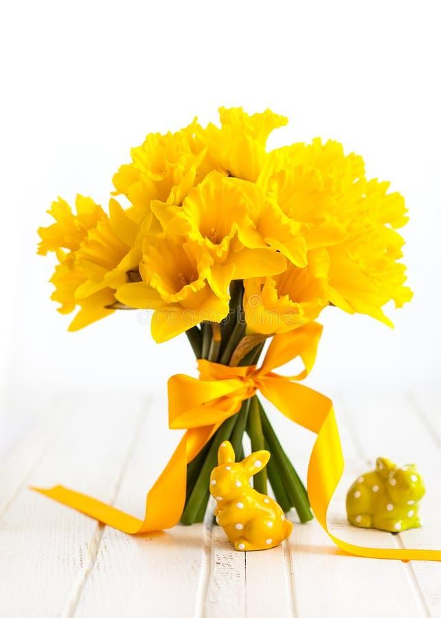 Wielkanocny bukiet żółci daffodils i Wielkanocny wystrój fotografia stock