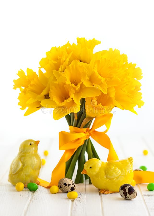 Wielkanocny bukiet żółci daffodils i Wielkanocny wystrój obrazy stock