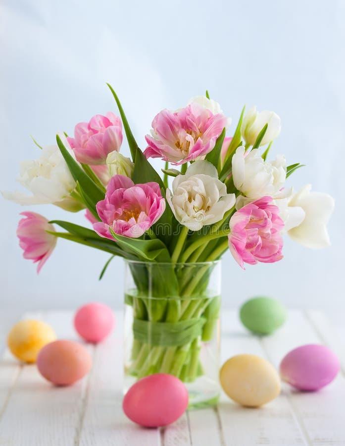 Wielkanocny bukiet tulipany i Wielkanocni jajka obrazy stock