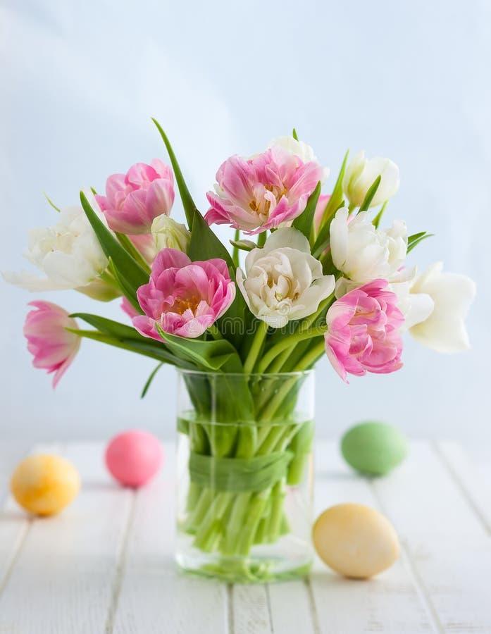 Wielkanocny bukiet tulipany i Wielkanocni jajka fotografia stock