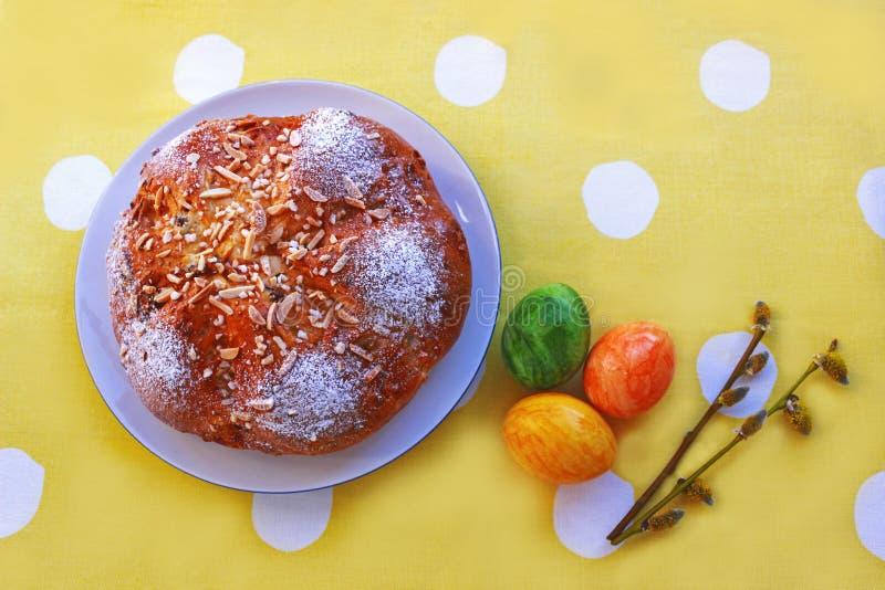 Wielkanocny chleb, barwioni jajka i wierzbowe bazie, obraz royalty free