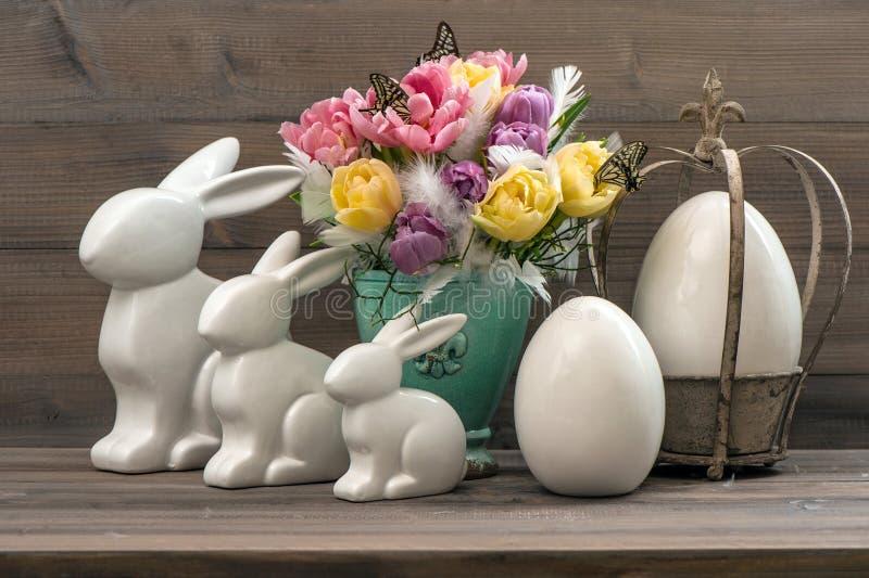 Wielkanocny deco z tulipanami, jajkami i królikami, zdjęcia stock