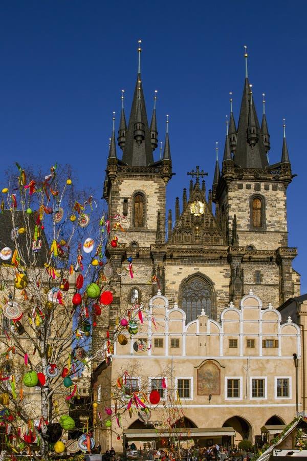Wielkanocny drzewo przy Starym rynkiem na Praga Tradycyjny Praga wielkanocy rynek cesky krumlov republiki czech miasta średniowie zdjęcie stock