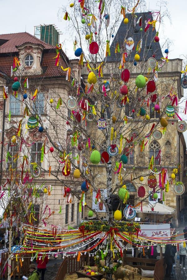Wielkanocny drzewo przy Starym rynkiem w Praga Wielkanoc rynek, republika czech obrazy stock