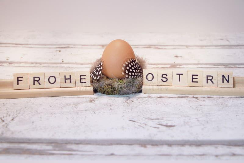 Wielkanocny jajko z drewnianym listem, frohe ostern fotografia royalty free
