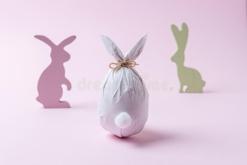 Wielkanocny jajko zawijający w papierze w formie królika z królik dekoracją Minimalny Easter pojęcie obrazy royalty free