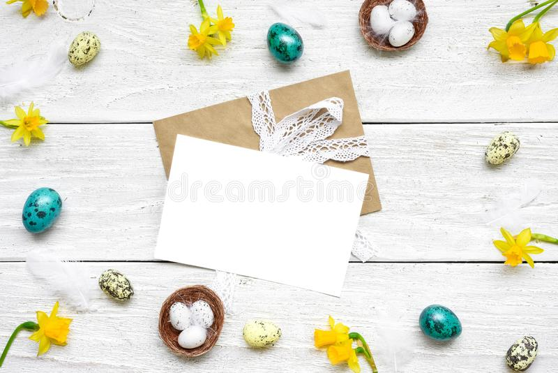Wielkanocny kartka z pozdrowieniami w ramie robić przepiórek jajka, wiosna kwitnie i upierza skład Easter obrazy stock