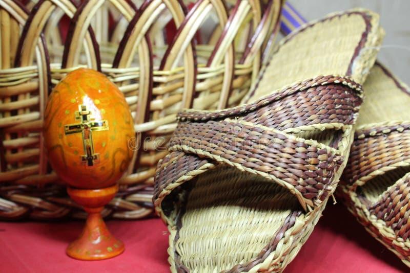 Wielkanocny kosz wypełniał z kolorowymi jajkami na białym tle zdjęcia royalty free