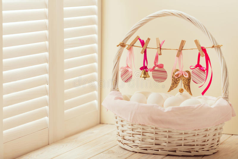 Wielkanocny kosz z jajkami i Wielkanocny wystrój obraz stock