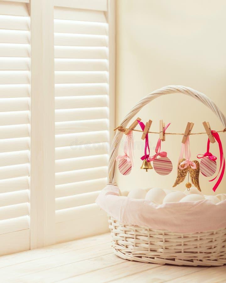 Wielkanocny kosz z jajkami i Wielkanocny wystrój fotografia stock