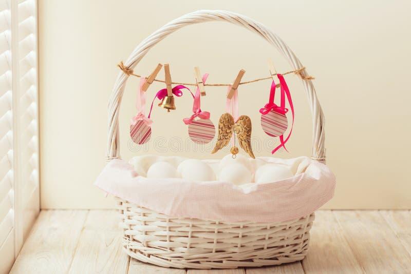 Wielkanocny kosz z jajkami i Wielkanocny wystrój zdjęcie stock