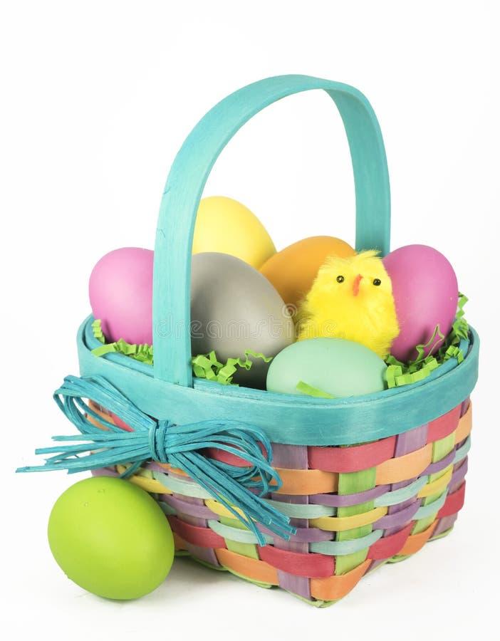 Wielkanocny kosz z kurczątkiem i jajkami zdjęcia royalty free