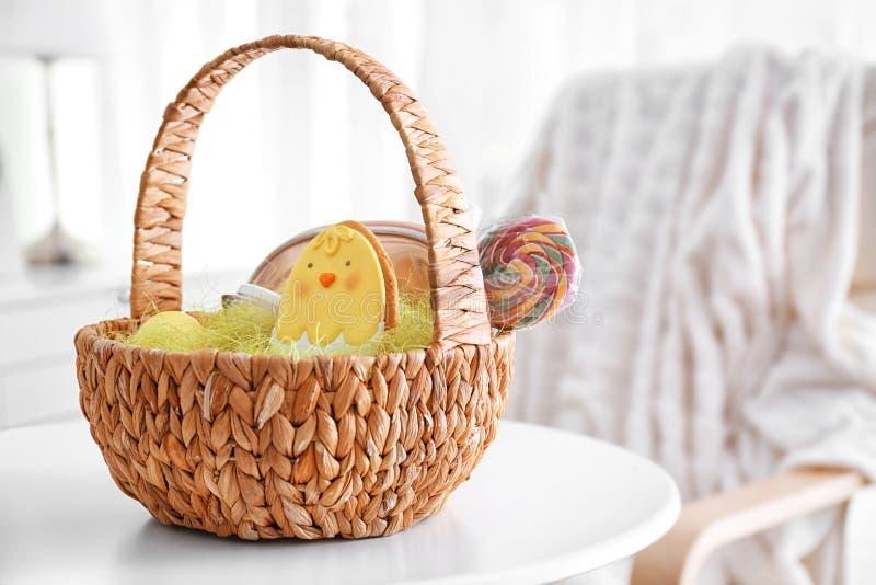Wielkanocny kosz z prezentami zdjęcia royalty free
