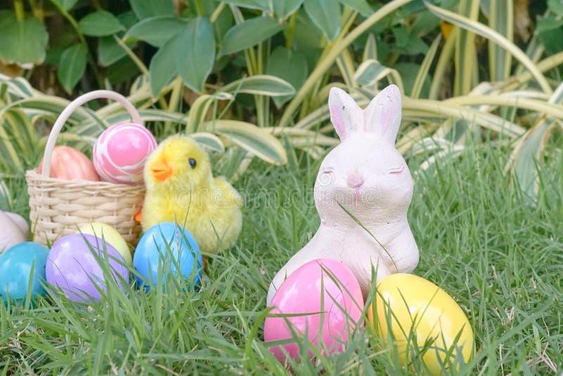 Wielkanocny królik i abstrakcjonistyczna plama kolorowi Wielkanocni jajka na półdupkach fotografia royalty free