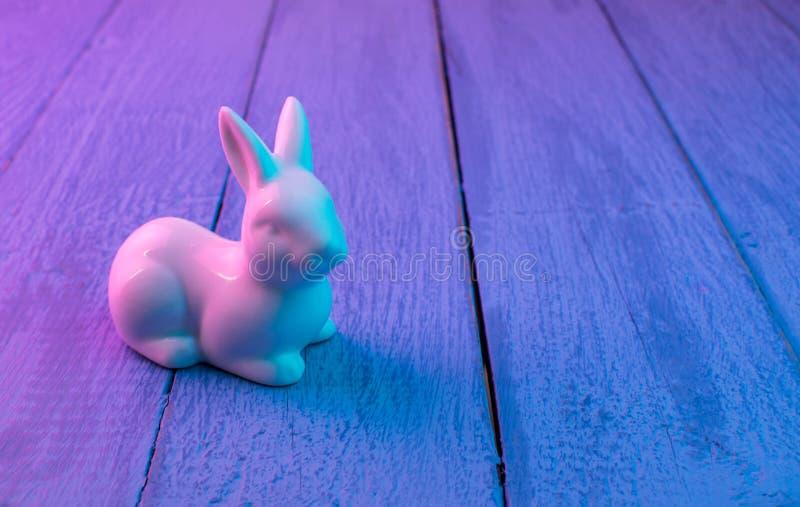Wielkanocny królik na błękitnym drewnianym tle obraz stock
