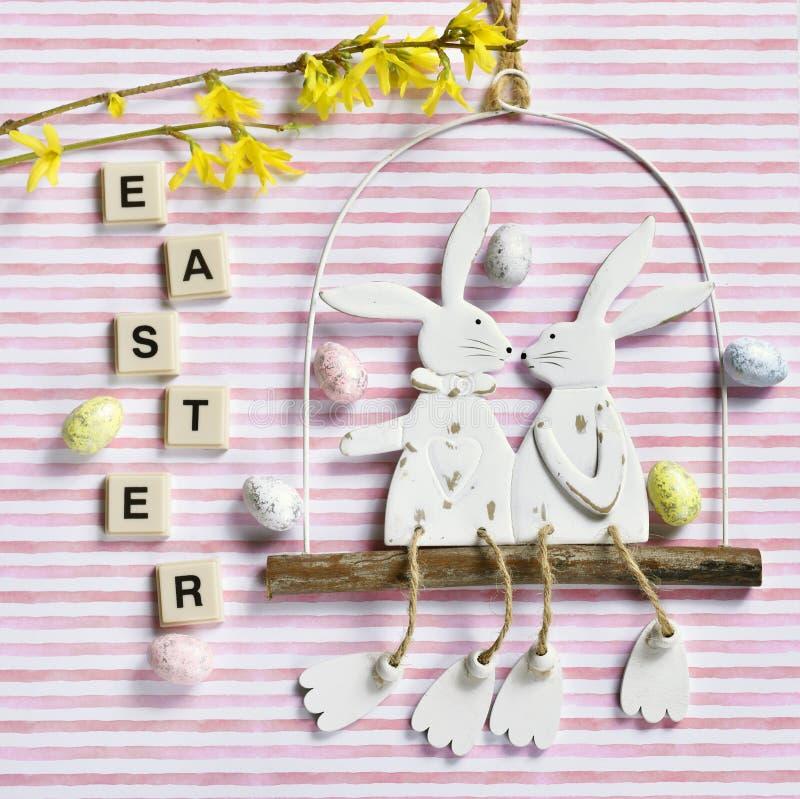 Wielkanocny mieszkanie kłaść z śmiesznym królika wystrojem na pasiastym tle zdjęcia royalty free