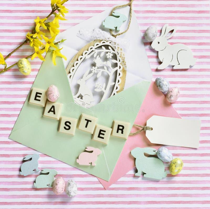 Wielkanocny mieszkanie kłaść z jajecznym kształta wystrojem w kopercie na pasiastym tle fotografia stock