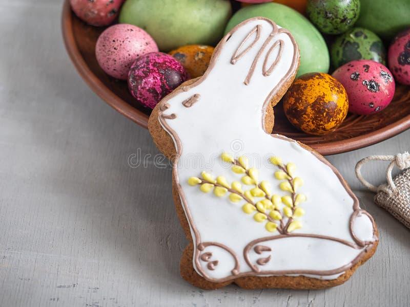 Wielkanocny piernikowy królik i kolorowi jajka na lekkim tle obraz stock