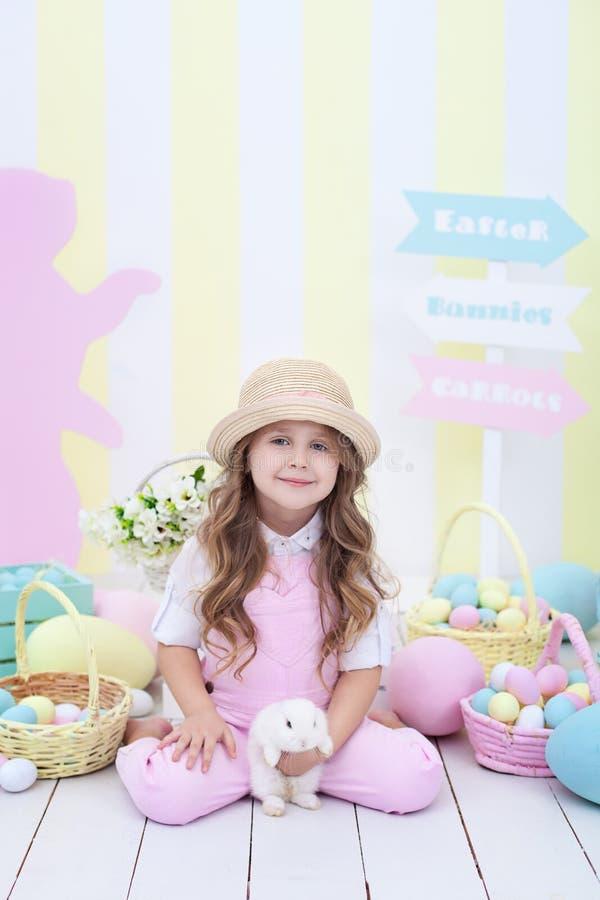 Wielkanocny pojęcia i rodziny wakacje! Dziewczyna bawić się z Easter królikiem Wielkanocny kolorowy wystrój w studiu, kosz koloro obrazy royalty free