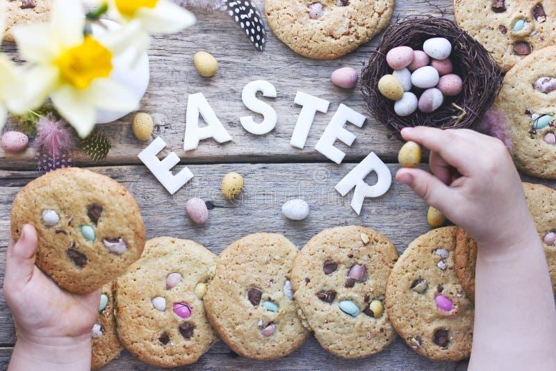 Wielkanocny pojęcia tła dziecko trzyma Easter easte i ciastka obrazy royalty free