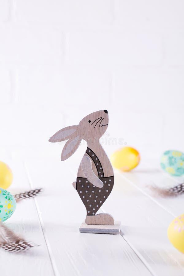 Wielkanocny skład z kolorowymi Easter jajkami, dekoracyjny drewniany królik Szablon dla projekta obrazy stock