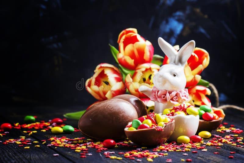 Wielkanocny skład z białym królikiem, czekoladowymi jajkami i cukierkami, fotografia royalty free