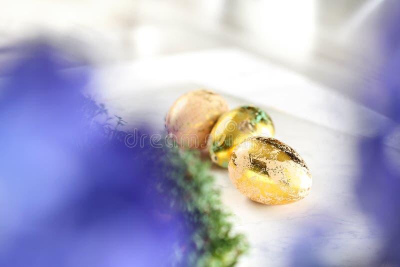 Wielkanocny skład z dekorować skorupami i jajkami obrazy stock