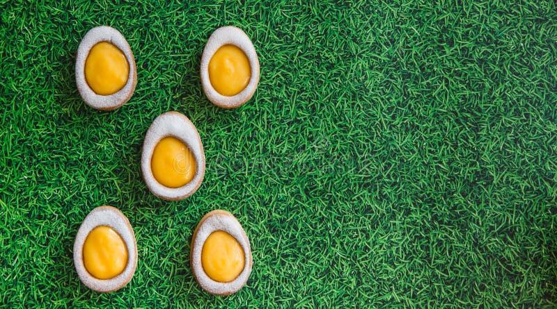 Wielkanocny skład z Easter ciastek jajkami na zielonej trawy tle Wielkanocny pojęcie z kopii przestrzenią Mieszkanie nieatutowy fotografia royalty free