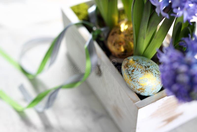 Wielkanocny skład z jajkami i skorupami, odgórny widok Ekologiczny styl fotografia royalty free