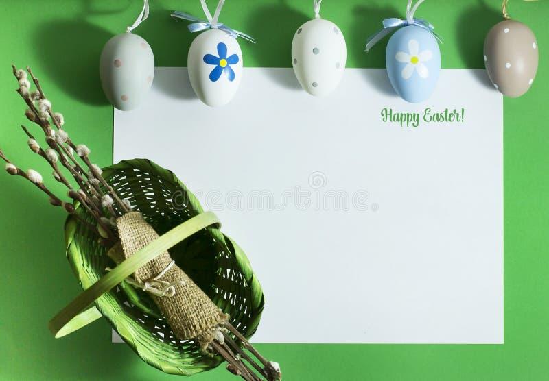 Wielkanocny skład z kolorowymi jajkami na zielonym tle obraz royalty free