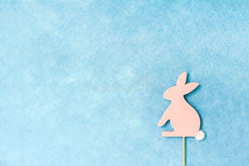 Wielkanocny skład z tradycyjnym wystrojem Drewniana królik postać na bławym tle fotografia stock