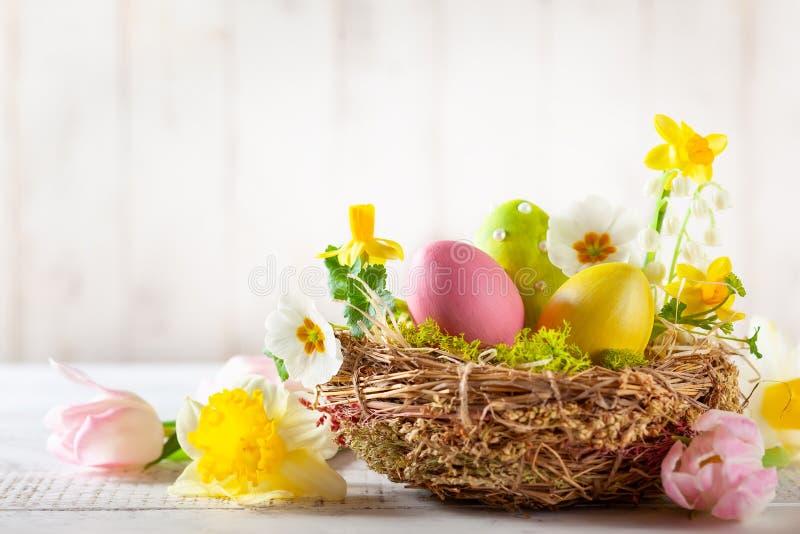 Wielkanocny skład z Wielkanocnymi jajkami w gniazdeczku, wiosna kwitnie i rozgałęzia się kić wierzby obrazy stock