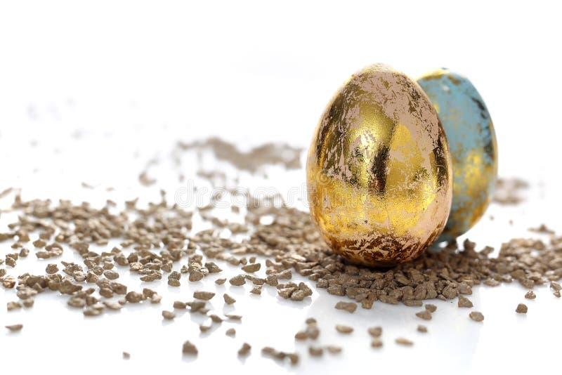 Wielkanocny skład z złotymi jajkami i skorupami fotografia stock