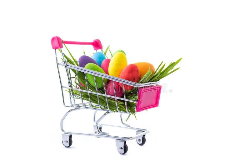 Wielkanocny sprzedaż szablon, kolorowi jajka w wózku na zakupy na bielu fotografia stock