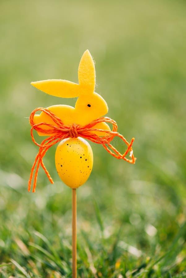 Wielkanocny tła pojęcie z żółtą królik postacią obraz stock