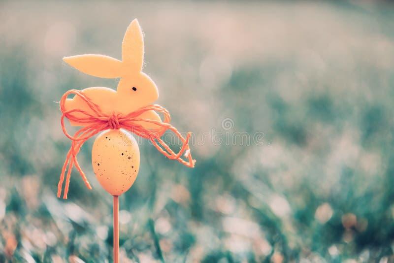 Wielkanocny tła pojęcie z żółtą królik postacią zdjęcie royalty free