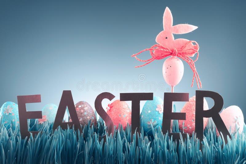 Wielkanocny tła pojęcie z różową królik postacią fotografia stock