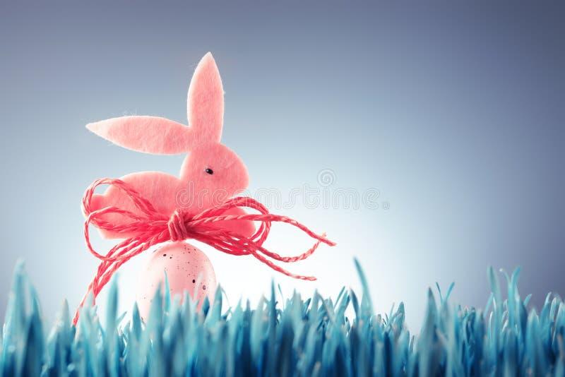 Wielkanocny tła pojęcie z różową królik postacią obraz royalty free