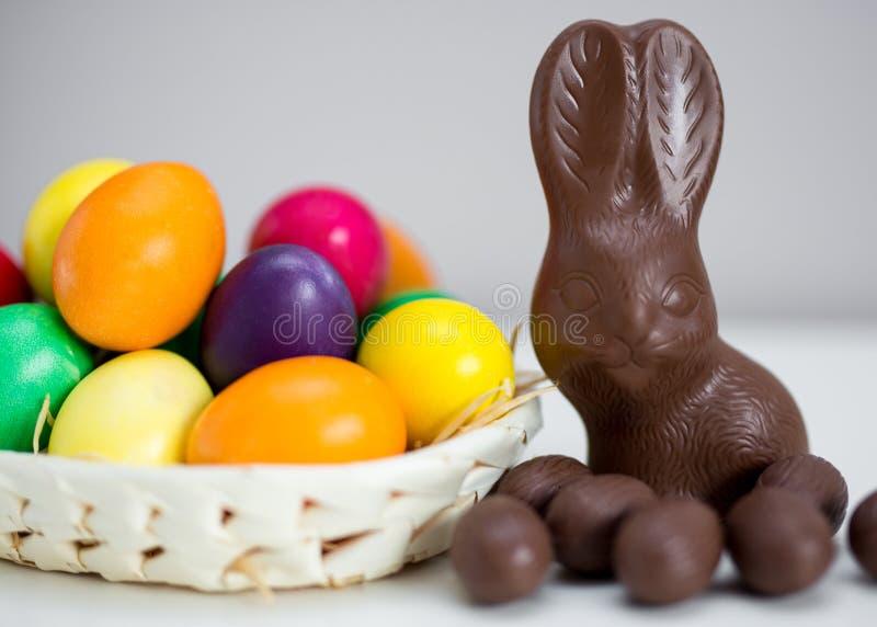Wielkanocny tło kolorowi jajka, czekoladowy królik i cukierki -, obrazy royalty free