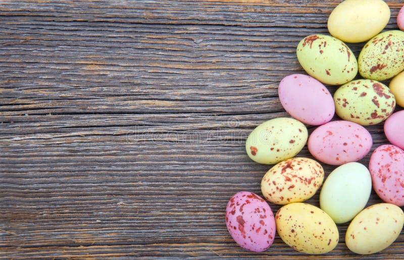 Wielkanocny tło, mali łaciaści Easter jajka fotografia royalty free