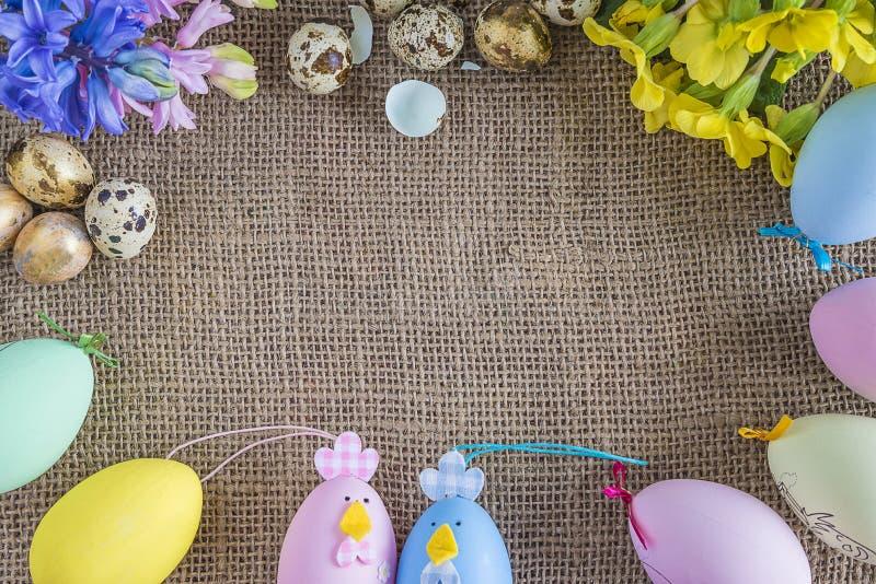 Wielkanocny tło z wiosna kwiatami, przepiórek jajkami i dekoracją, zdjęcia stock