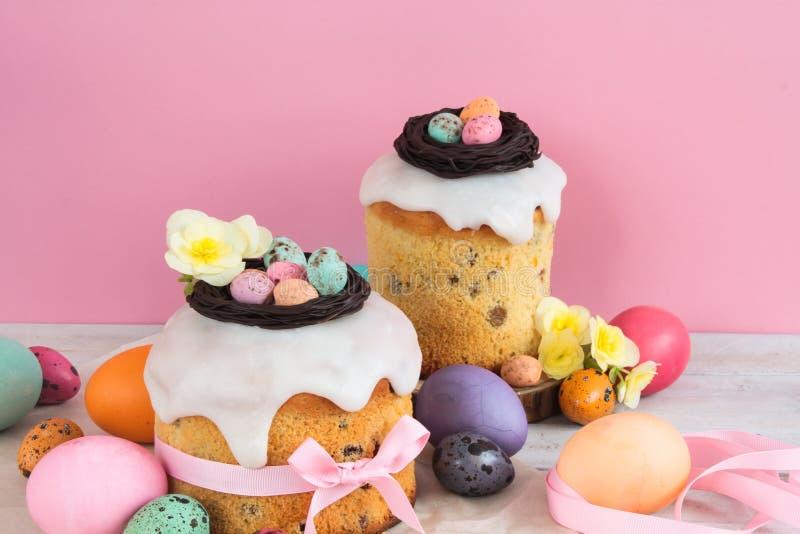 Wielkanocny tradycyjny tort z czekolady gniazdeczka, cukierku i przepiórki jajek dekoraci okwitnięciem, kwitnie, kolorowy wiosny  fotografia stock