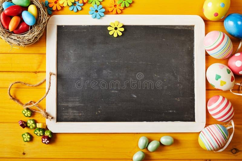 Wielkanocny układ z blackboard pastylki kopii przestrzenią fotografia royalty free